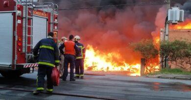 Sem seguro, empresa de plástico perde tudo em grande incêndio na RMC; vídeo